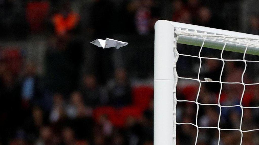 Pesawat Terbang Kertas di Stadion Wembley