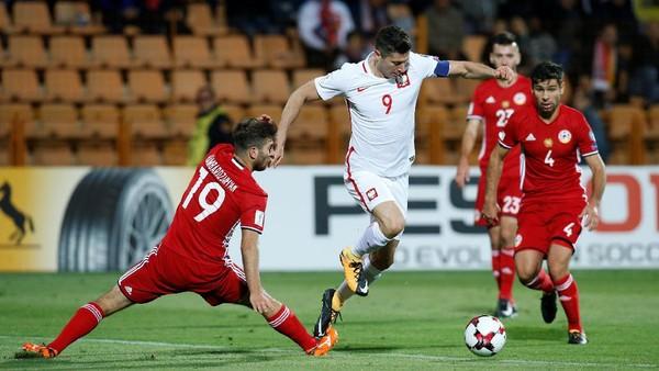 Lewandowski Hat-trick, Polandia Lumat Armenia 6-1