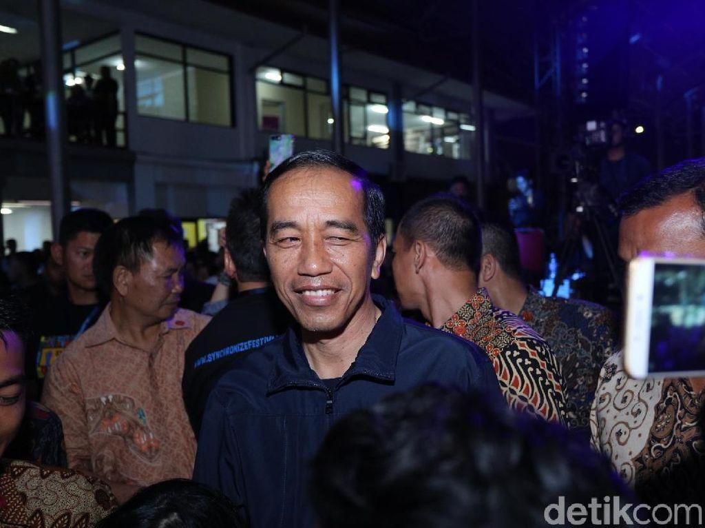Hadiri Synchronize Fest Hari Kedua, Jokowi Nonton Ebiet G Ade