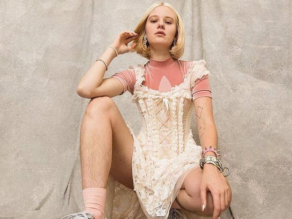 Model Cantik Curi Perhatian, Tampil dengan Kaki Berbulu di Iklan Adidas