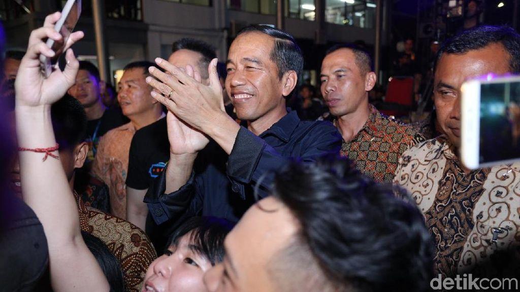 Penampilan Jokowi Nonton Synchronize Fest 2017