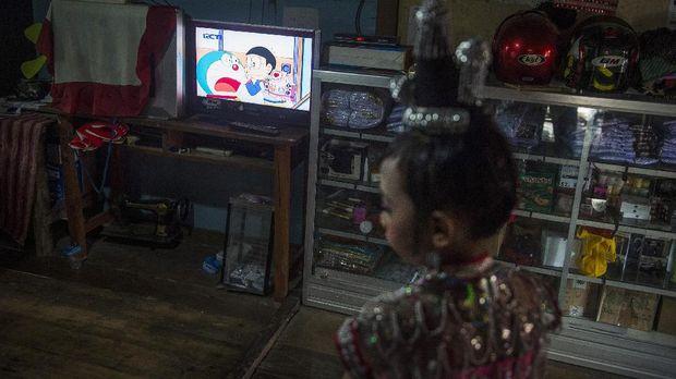 Tayangan kartun Doraemon dalam televisi yang terletak di ruang tengah di Desa Pajam, Kaledupa, Wakatobi, Sulawesi Tenggara, Minggu (17/9). ANTARA FOTO/Rosa Panggabean/17.
