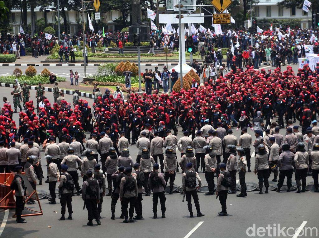 Permen dari Polwan dan Demo Buruh yang Berlangsung Tertib