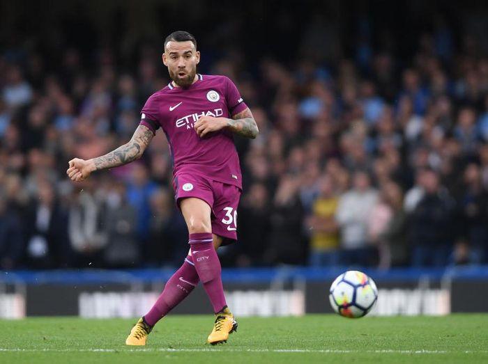 Nicolas Otamendi mencetak gol bunuh diri saat Manchester City melawan Huddersfield Town. Beruntung The Citizens menang 2-1 di laga itu. (Foto: Mike Hewitt/Getty Images)