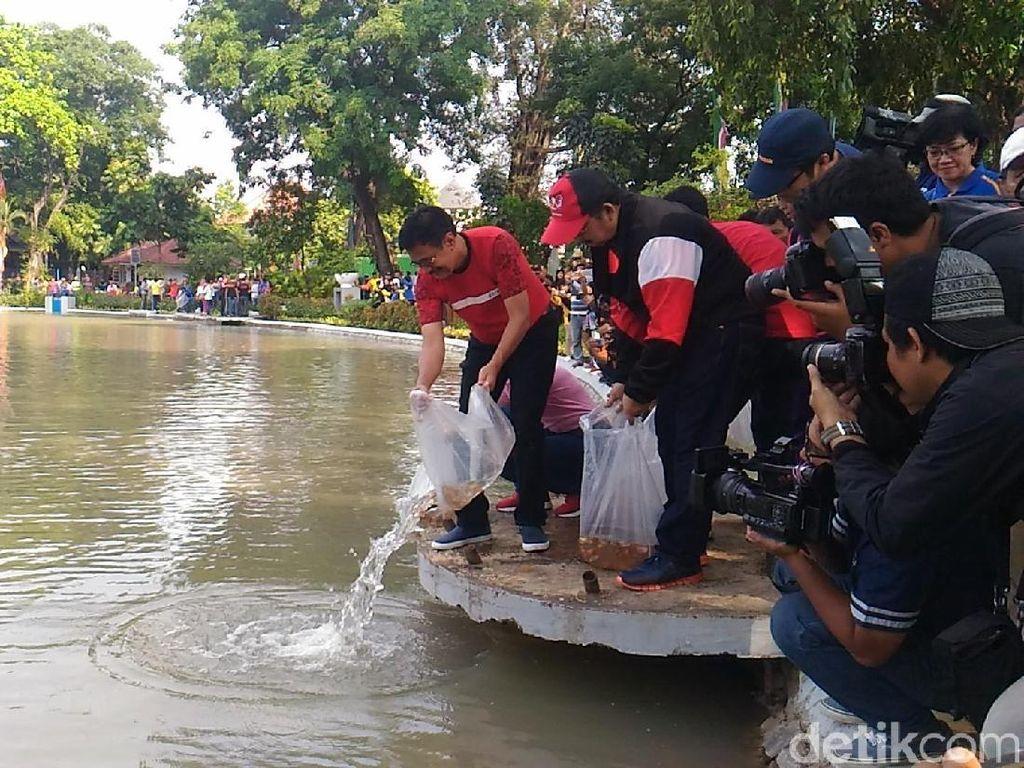 Gubernur Djarot Lepas 50 Ribu Benih Ikan di Taman Situ Lembang