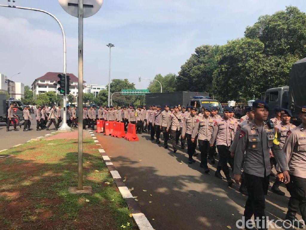 Beda Persiapan Polisi dan Buruh Jelang Demo Hari Layak Upah