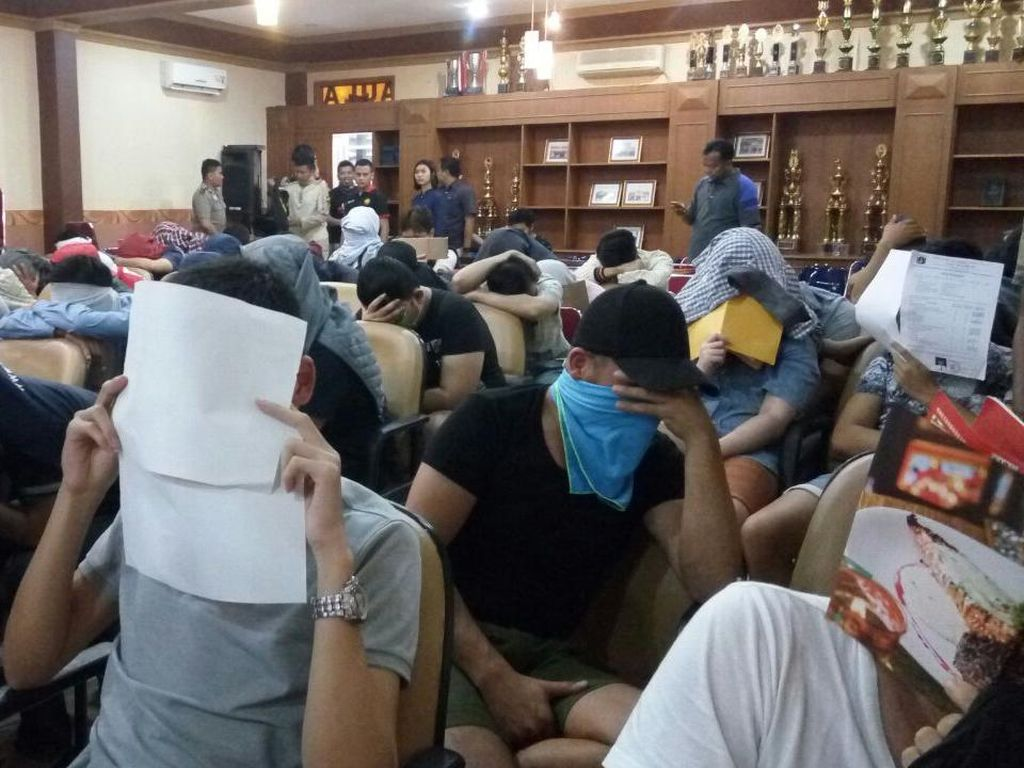 Foto: 51 Pria Diduga Gay Diamankan Polisi dari Tempat Sauna