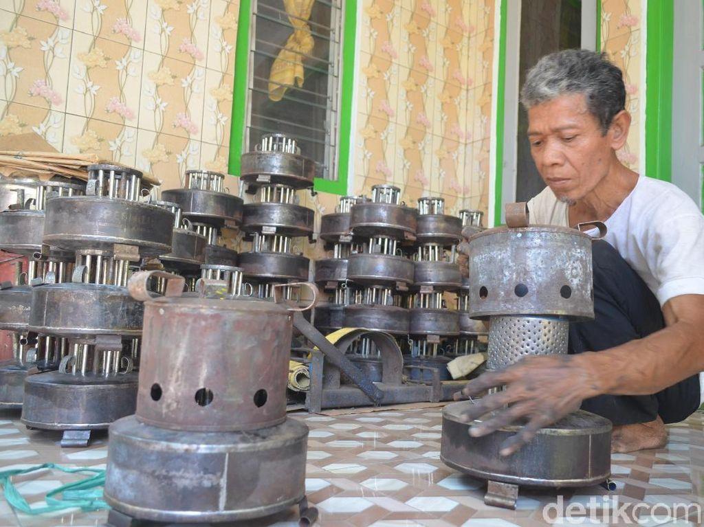 Raji Masih Eksis Produksi Kompor Minyak di Cirebon