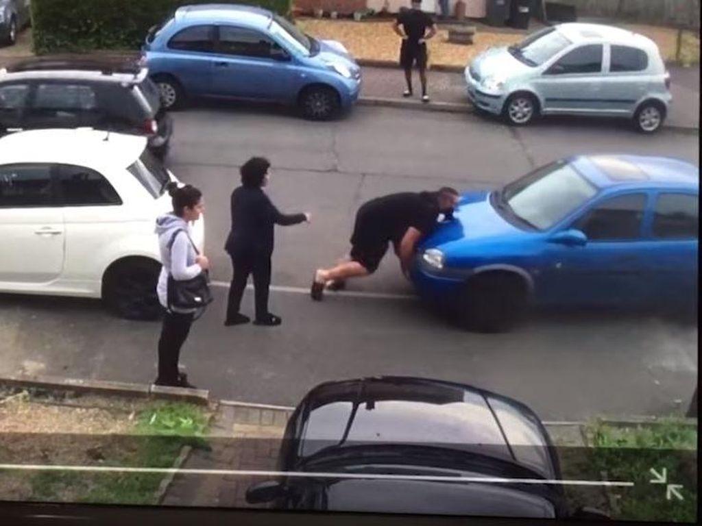 Diparkir Sembarangan, Mobil Tetangga Diangkut Pakai Tangan