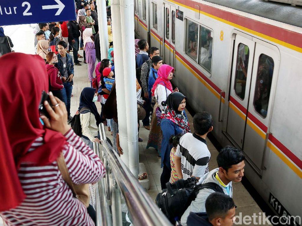 Penumpang Penuh Sesak, Jumlah Gerbong KRL Duri-Tangerang Ditambah