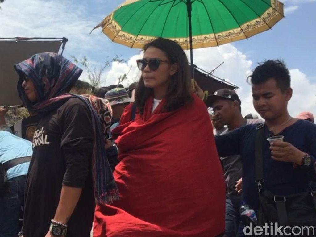 Adinia Wirasti Tetap Enjoy di Lokasi Syuting Susah Sinyal