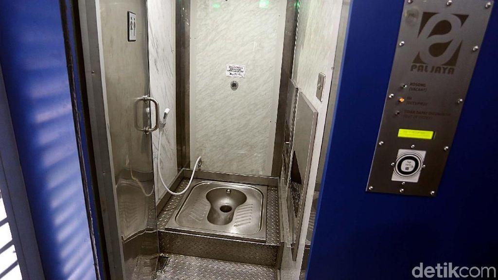 Melihat dari Dekat Smart Toilet di Halte TransJakarta Monas