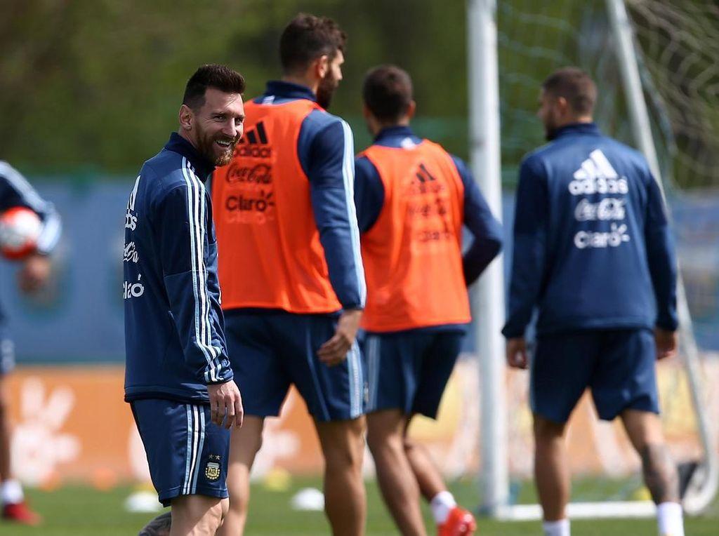 Senyum Messi Menjelang Laga Penentu Nasib Argentina