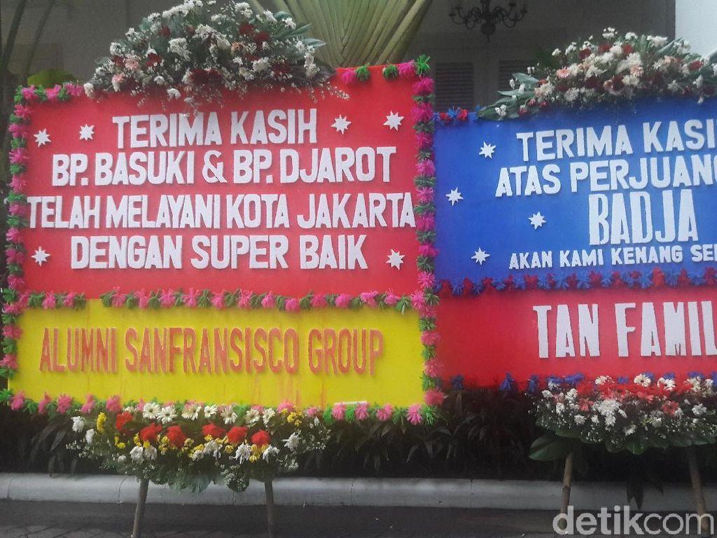 Semakin Sore, Karangan Bunga Berdatangan di Balai Kota