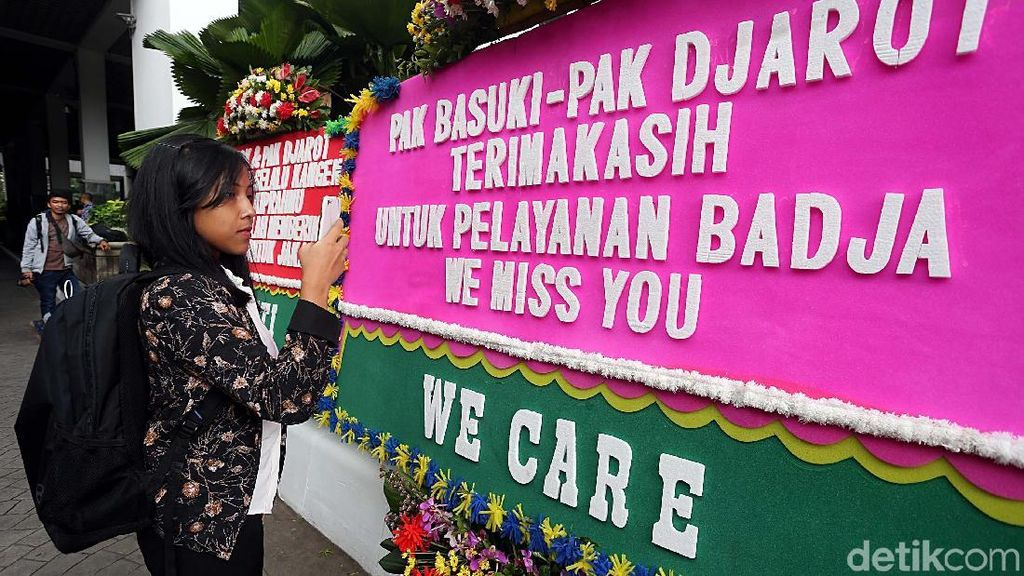 Foto: Karangan Bunga Penuhi Balai Kota di Akhir Masa Jabatan Djarot