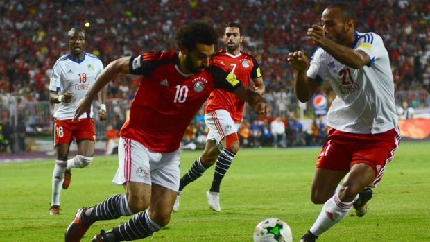 Egypt's Mohamed Salah vies for the ball against Congo's Tobias Badila during their World Cup 2018 Africa qualifying match between Egypt and Congo at the Borg el-Arab stadium in Alexandria on October 8, 2017. / AFP PHOTO / TAREK ABDEL HAMID