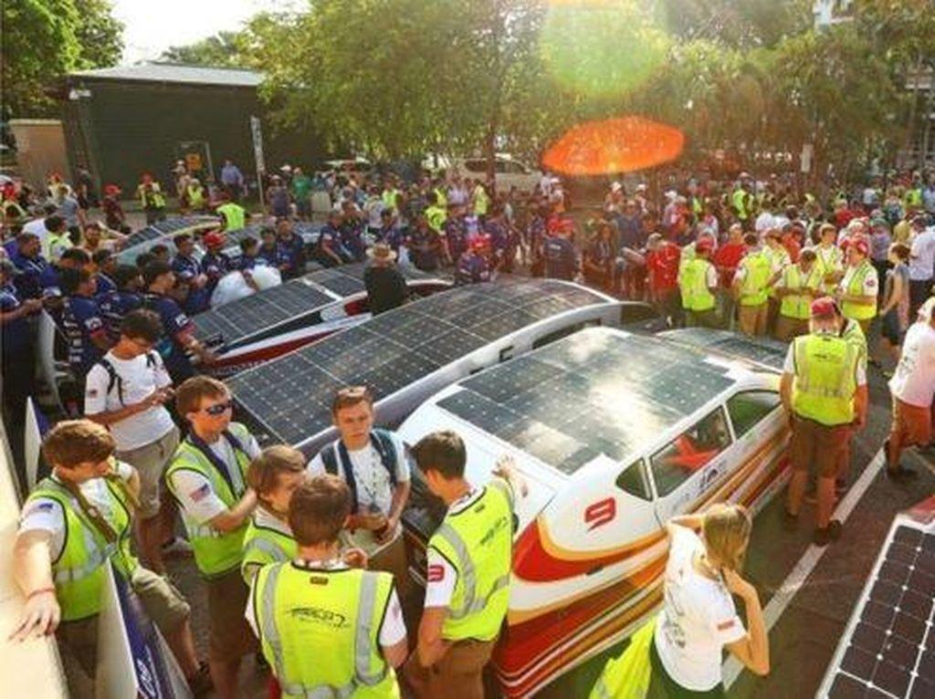 Foto: Keren! Balapan Mobil Bertenaga Surya
