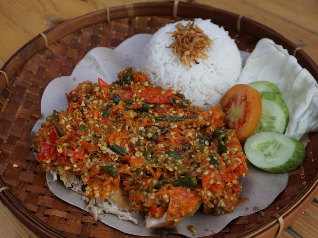 Gelo! Ayam Goreng Geprek dengan Baluran Sambal dari 150 Cabai