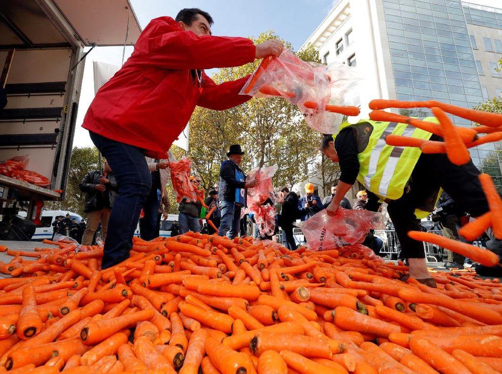 Banjir Wortel di Paris Saat Pedagang Protes Kenaikan Harga Rokok