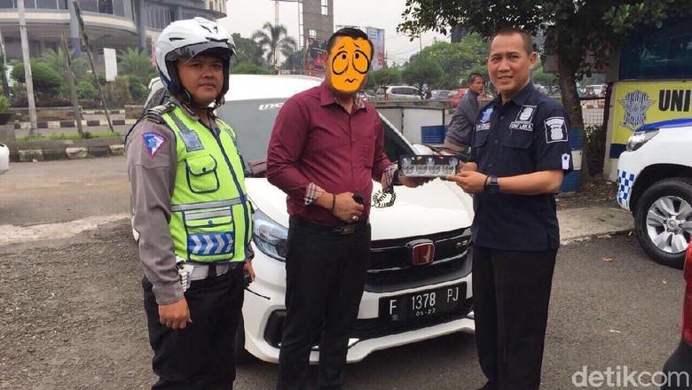 polisi-tilang-pengemudi-mobilio-pakai-strobo-yang-viral-di-medsos