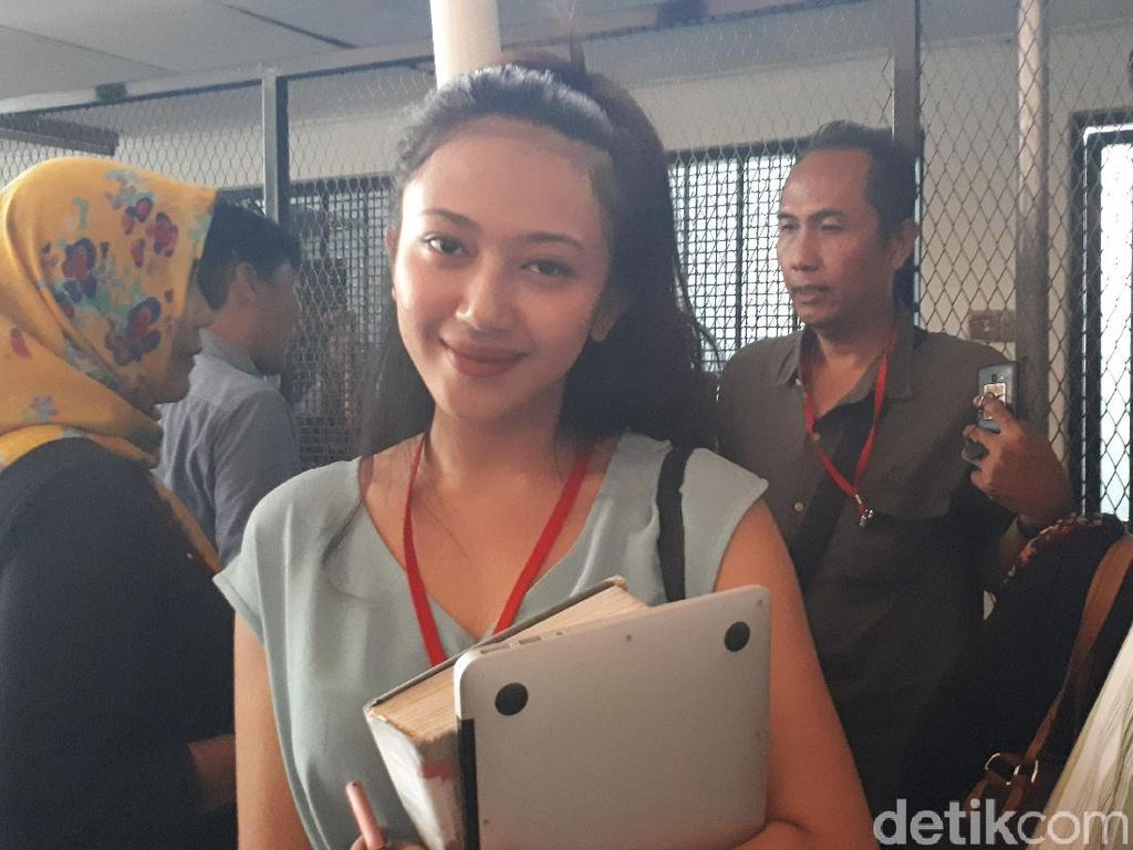 Cantiknya Putri Aa Gatot Brajamusti yang Curi Perhatian di Persidangan