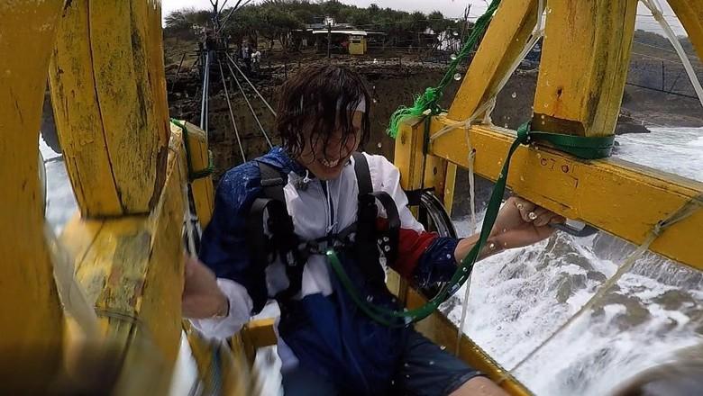 Foto: Lee Kwang Soo naik gondola Pantai Timang (sbs_runningman_sbs/Instagram)