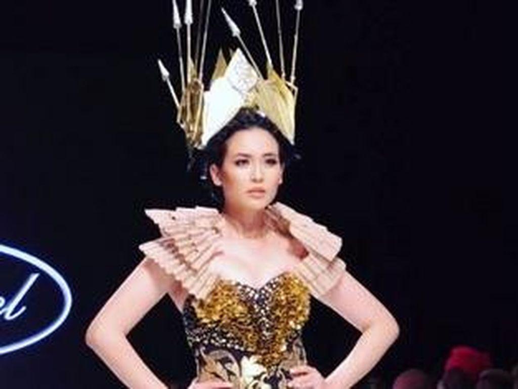 Foto: Cantiknya Elvira Devinamira Jadi Srikandi di LA Fashion Week