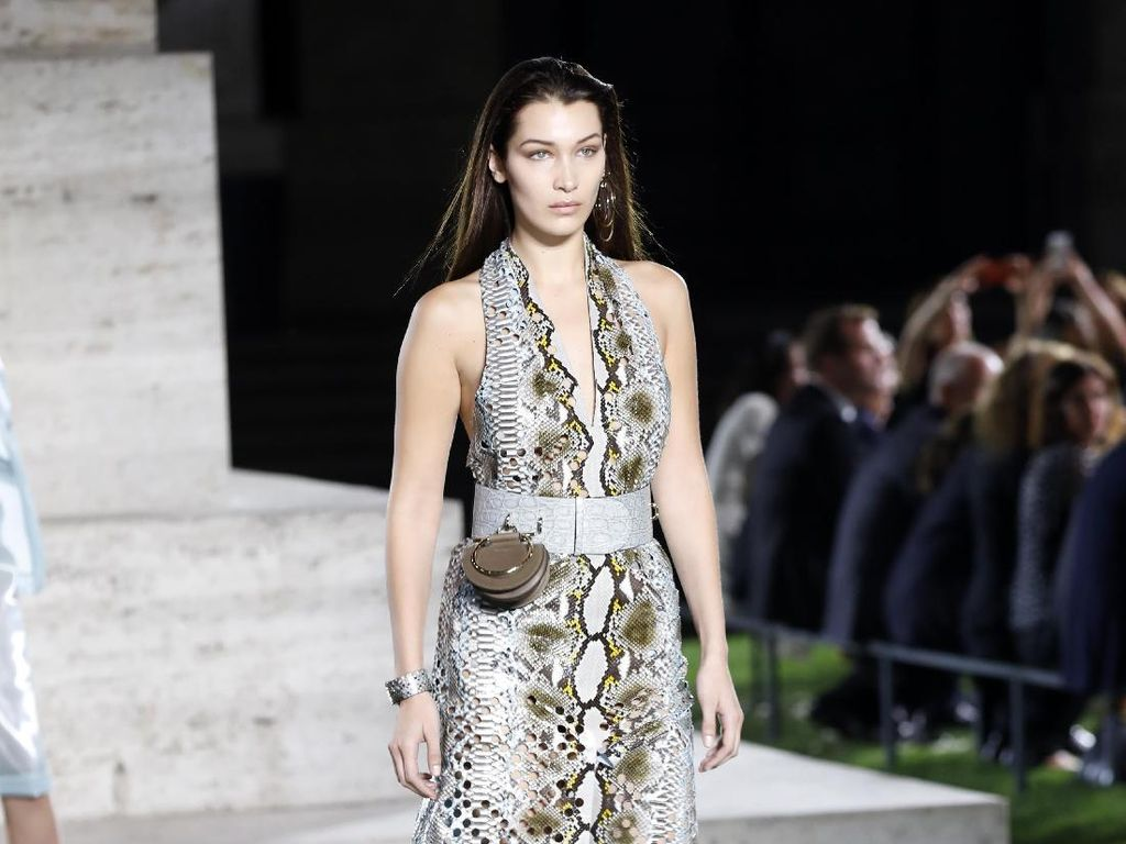 Happy Birthday Bella Hadid! Lihat Lagi Gaya Seksinya di Catwalk