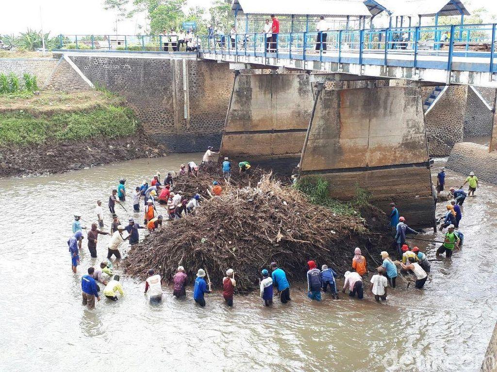 Ribuan Ton Sampah Dibersihkan dari Sungai Santer