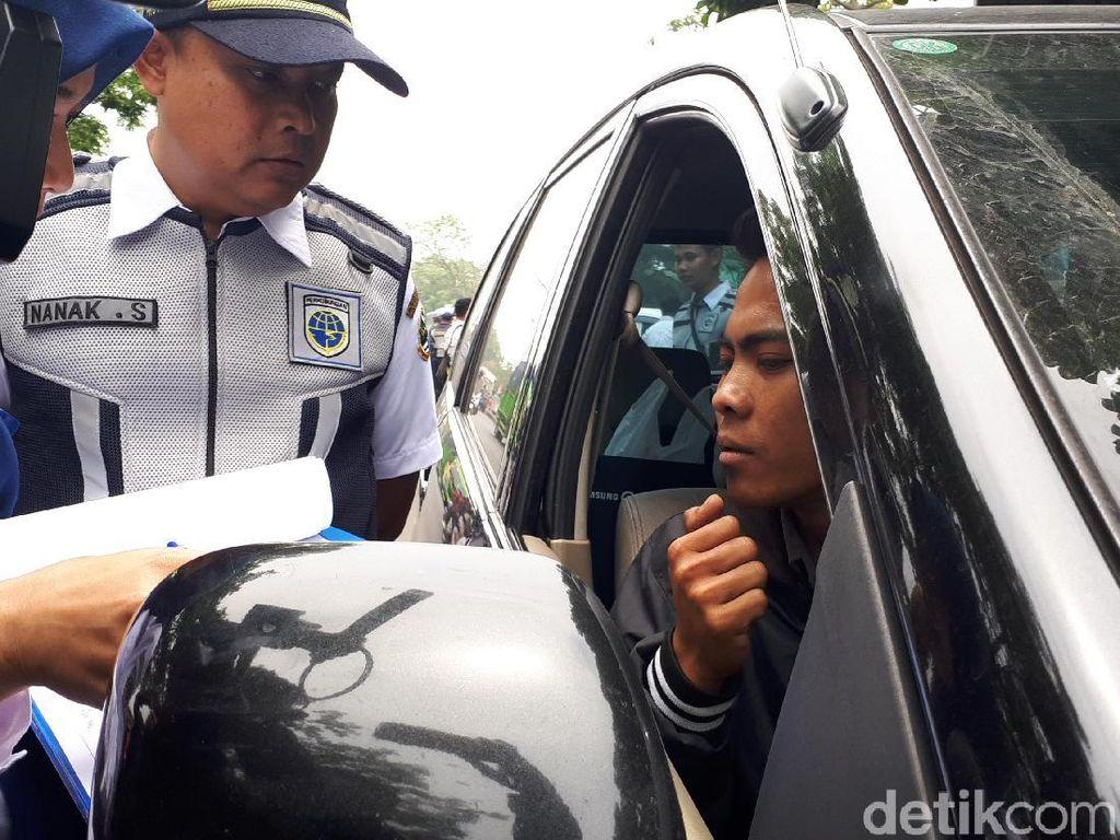 Sopir Angkutan Umum Kawal Penindakan Transportasi Online di Bandung