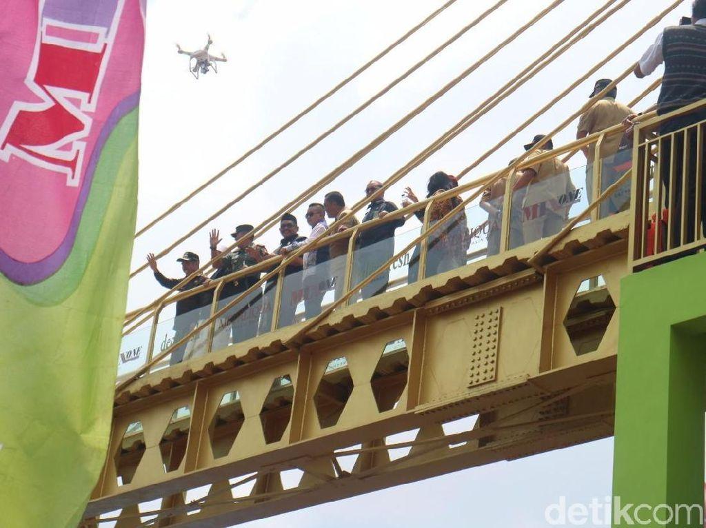 Hore..Jembatan Kaca Penghubung Dua Kampung di Malang Bisa Dilewati