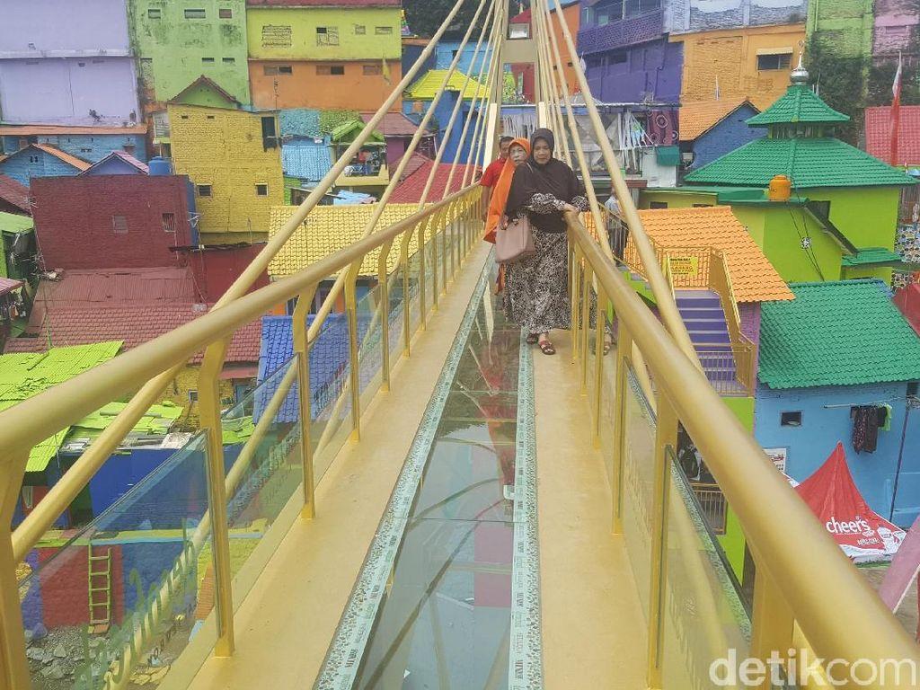 Sensasi Berjalan di Jembatan Kaca Pertama di Indonesia