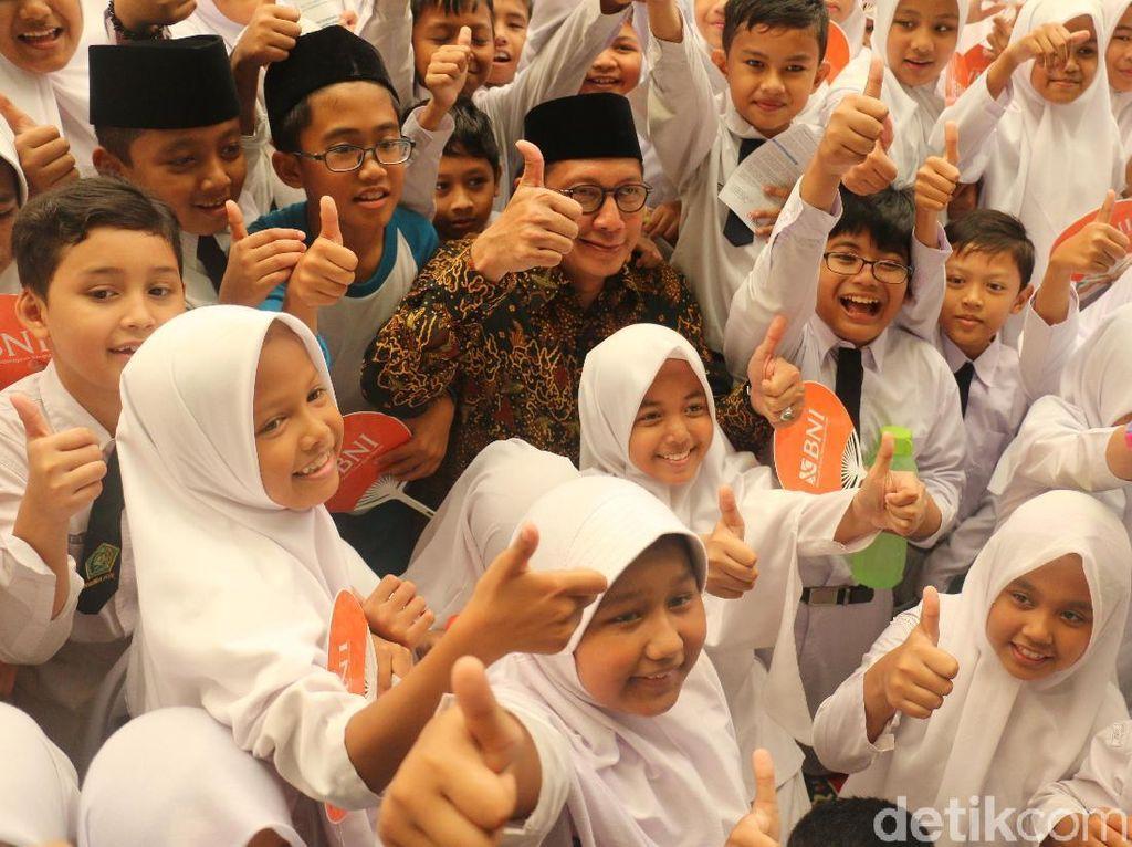 Menteri Agama Bagi-bagi 63.676 KIP untuk Pelajar Aceh