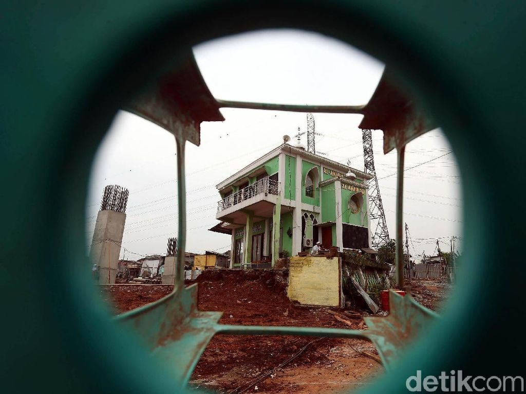 Masjid Ini Masih Berdiri di Tengah Proyek Tol Becakayu