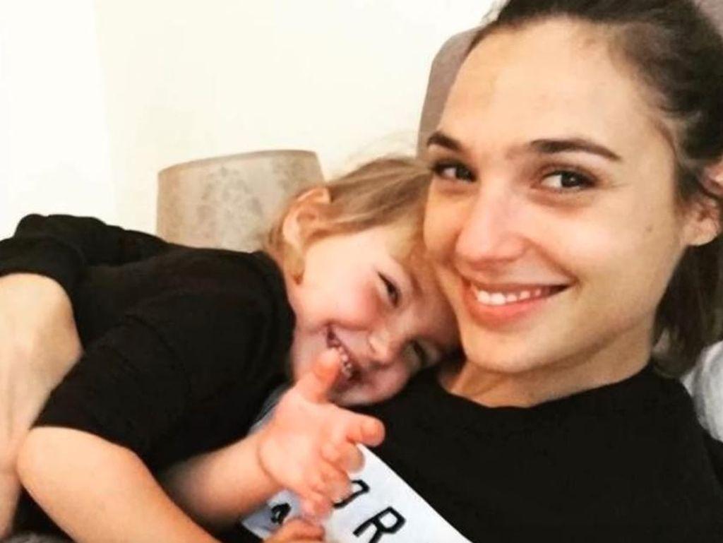 Potret Kemesraan si Wonder Woman Gal Gadot dan Putrinya