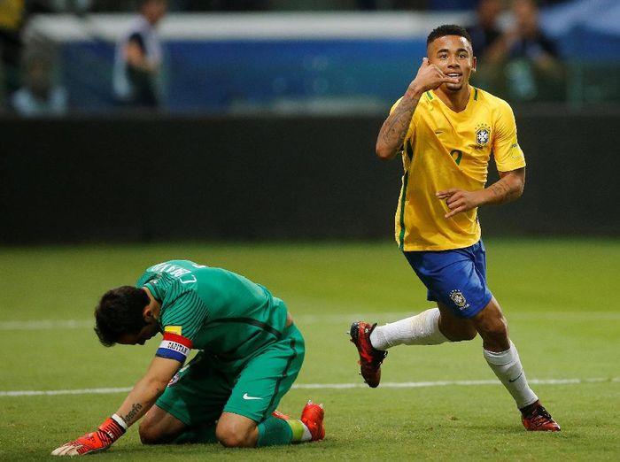 Gabriel Jesus merayakan golnya ke gawang Chile, sementara Claudio Bravo tertunduk lesu (Leonardo Benassatto/Reuters)