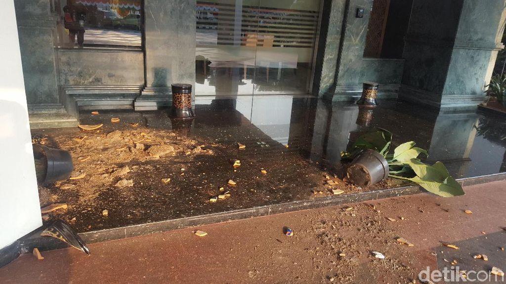 Batu, Kaca, Pecahan Pot Sisa Penyerangan Berserakan di Kemendagri