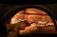 Proses pemasakan pizza.