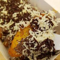 Pisang Djakarta yang enak dipadu dengan meisjes dan serutan keju.
