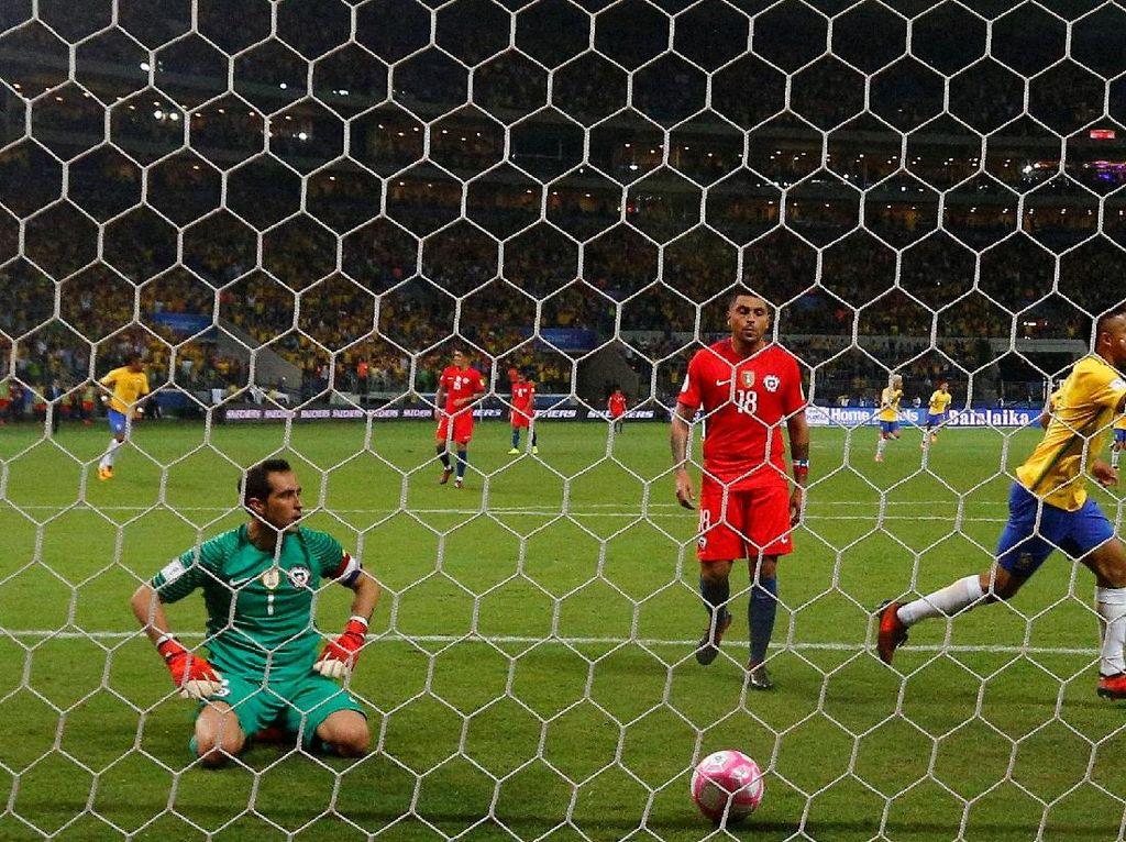 Istri Claudio Bravo Sebut Sejumlah Pemain Chile Datang Latihan dalam Kondisi Mabuk