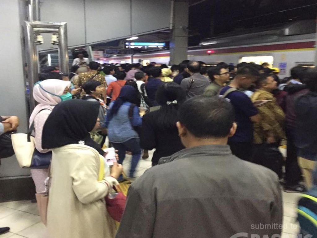 Ada Kendala di Stasiun Cikini, Penumpang KRL Sempat Menumpuk