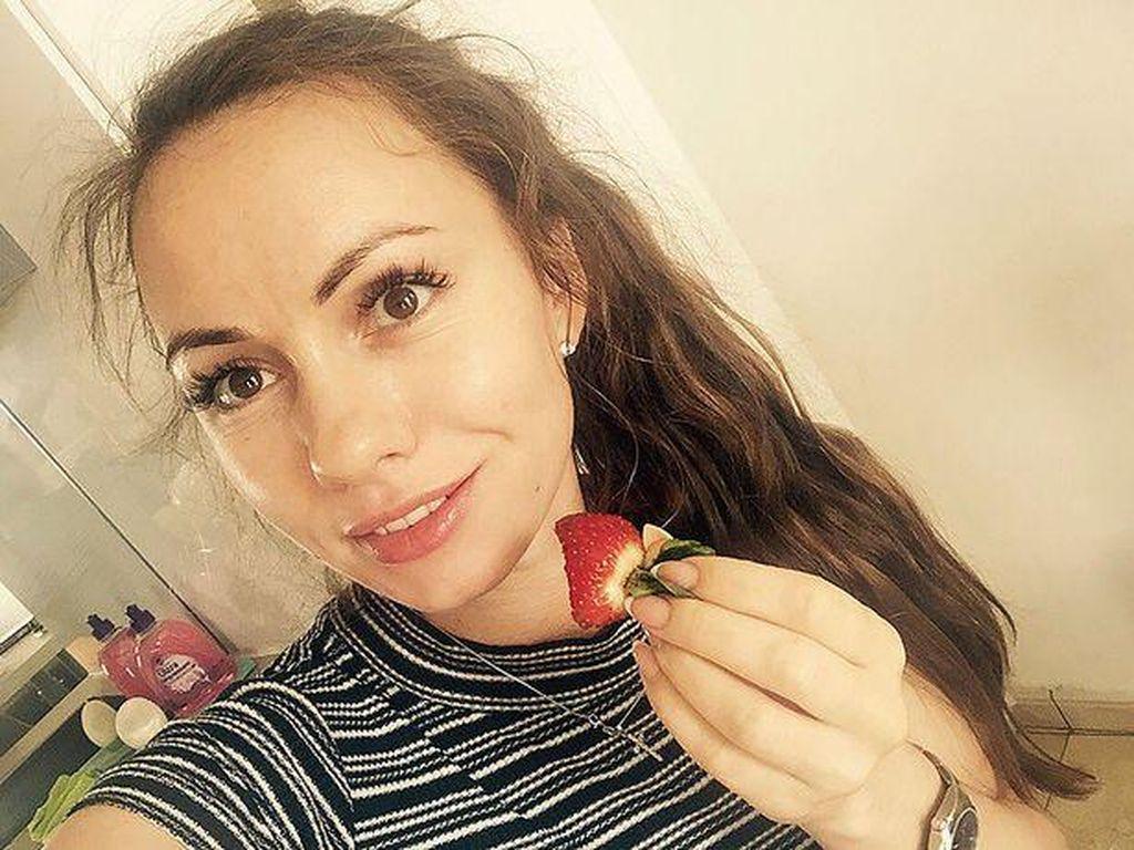Topless, Wanita Rusia Tewas Saat Keluar Jendela Mobil yang Melaju