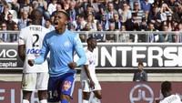 5. Penyerang Marseille, Clinton NJie, berada di posisi kelima usai mencetak lima gol dalam enam laga di Ligue 1 (358 menit). NJie rata-rata mencetak satu gol tiap 72 menit. Foto: Francois Lo Presti/AFP
