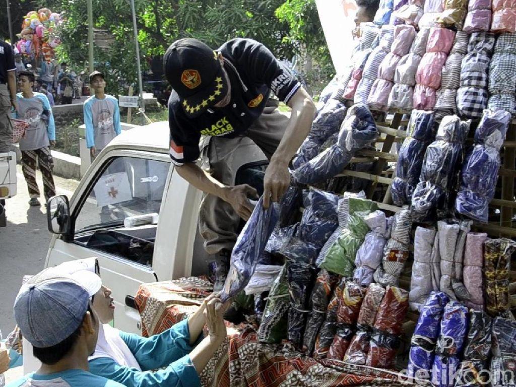 Kirab Gunungan Busana di Pekalongan, 2.000 Pakaian Dibagikan Gratis
