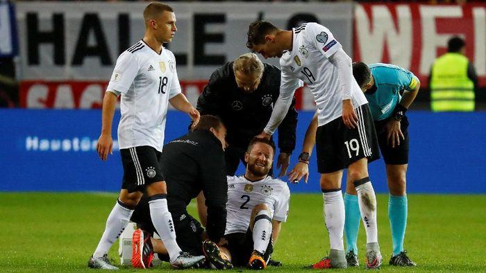 Shkodran Mustafi mengalami cedera saat memperkuat timnas Jerman (Foto: Kai Pfaffenbach/Reuters)