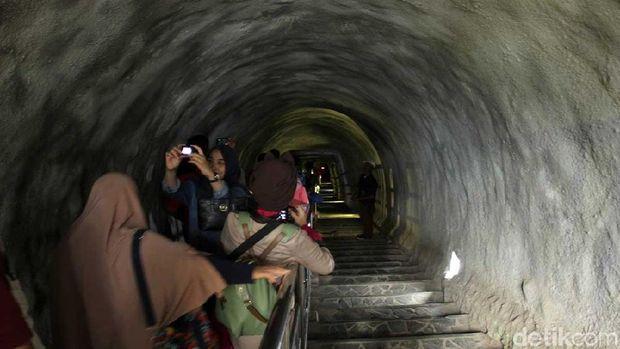 Terowongan menurun menuju Lubang Jepang (Randy/detikTravel)