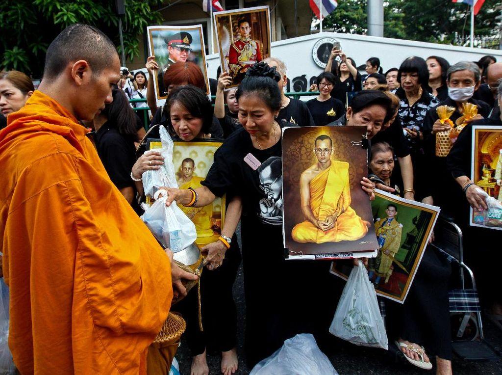 1 Tahun Wafatnya Raja Bhumibol, Rakyat Thailand Beri Sedekah ke Biksu