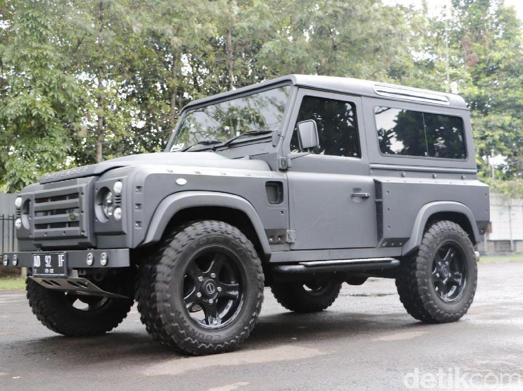 Mobil Perang Land Rover Defender Menolak Jadi Tua