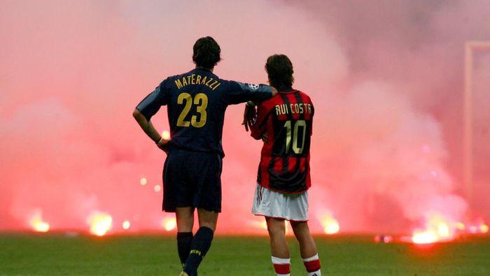 Rui Costa dan Marco Materazzi (REUTERS/Stefano Rellandini)