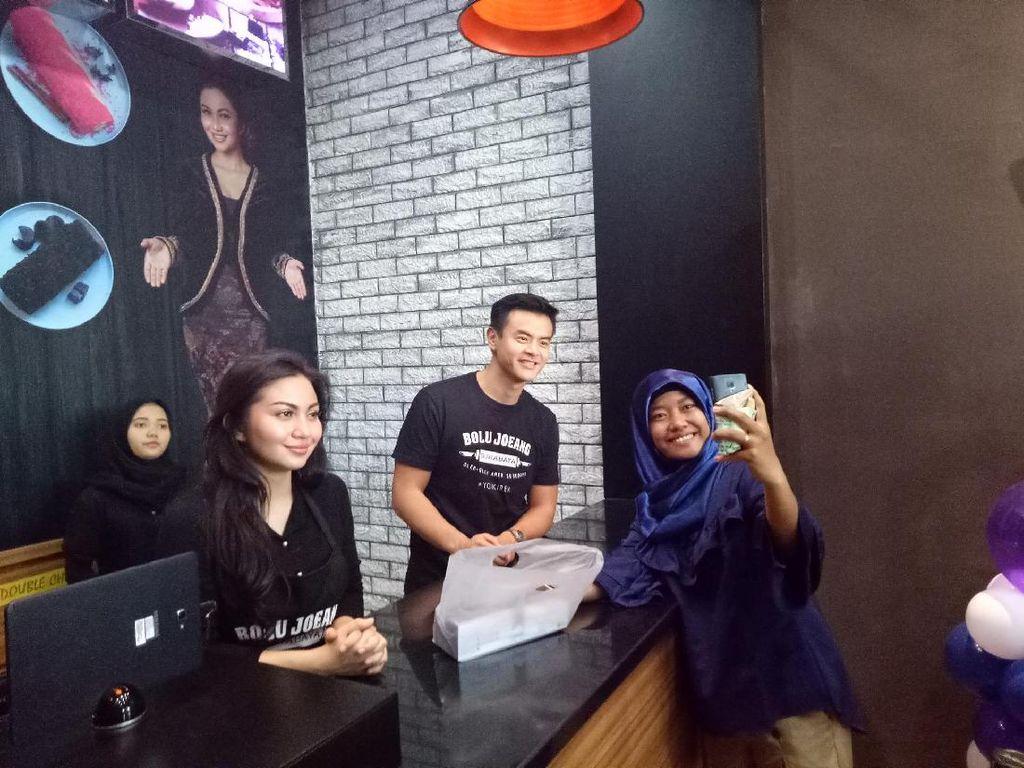 Bolu Joeang, Oleh-oleh Kekinian Surabaya Milik Ariel Tatum dan Dion Wiyoko